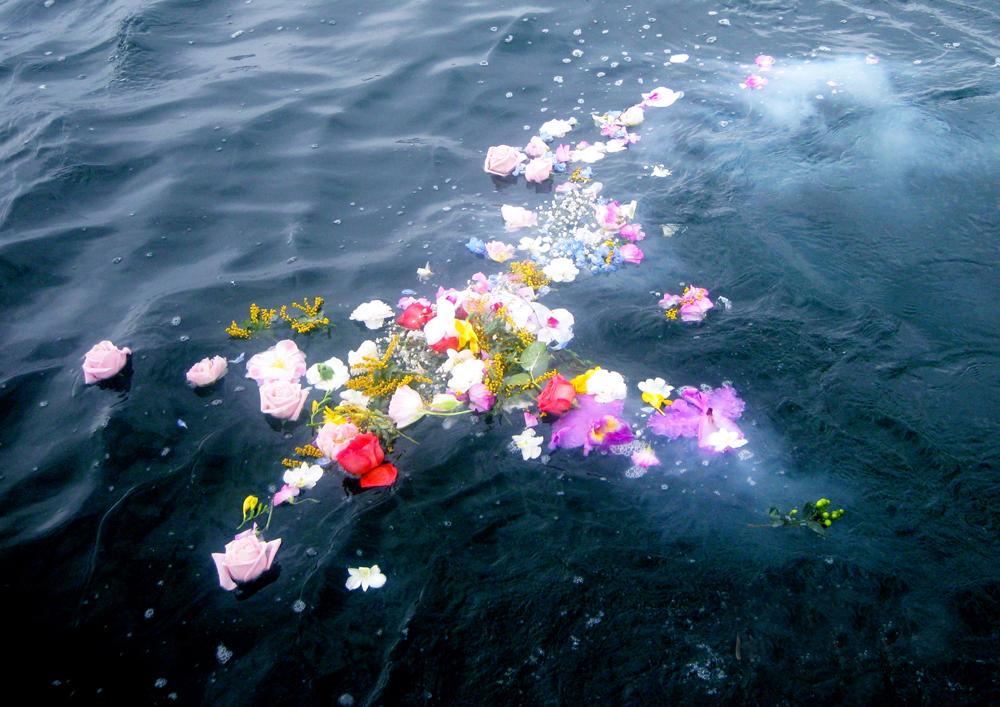 散骨・献花を中心に海域を旋回